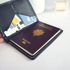 LEOPOLD, le porte-passeport idéal pour vous accompagner lors de tous vos déplacements et voyages. Simple, élégant et fonctionnel. • Cuir tannage