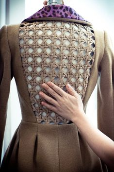 fabric manipulation Thakoon was inspired by classic rattan weaving--but using soft leather. Fashion Details, Fashion Design, Couture Details, Mode Inspiration, Dress Codes, Costume Design, Dressmaking, Blouse Designs, Ideias Fashion