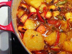 Receta tradicional gallega /  1 pulpo de 2 kg aproximadamente.     12 patatas gallegas o cachelos medianos.     100 ml de AOVE.     2 cebollas grandes (si son dulces mucho mejor).     2 pimientos rojos y uno verde.     2-3 dientes de ajo (depende del gusto de cada uno).     2 hojas de laurel.     1/2 cucharadita de pimentón dulce de La Vera.     Sal gruesa o incluso mejor, sal en escamas tipo Maldon (al gusto).     1 vaso de agua de cocer el pulpo