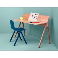Copenhague serie / HAY  HAY heeft Ronan en Erwan Bouroullec uitgenodigd om een nieuwe collectie meubels te ontwerpen voor de vernieuwde Universiteit van Kopenhagen (KUA). De collectie omvat een houten stoel, een barkruk en meerdere tafels.  De zitting en rugleuning zijn gemonteerd in het midden van de zitting waardoor een zeer flexibel en comfortabele zit ontstaat - de stoel volgt de beweging van de gebruiker. De stoel heeft ook een flexibele rug.  Vanwege de symmetrische frames, stapelen de…