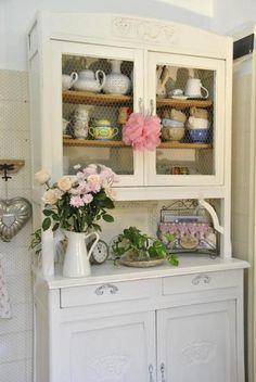 Se siete anime romantiche e sognatrici , se amate il vintage.la brocante e le rose ........questo post è giusto per voi ! oggi poche parole,...