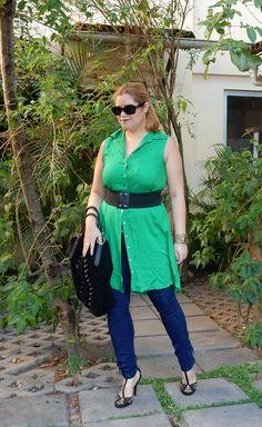Look do dia: vestido mudando de função. Com calça jeans e acessórios escuros pra perder o ar de verão da peça.