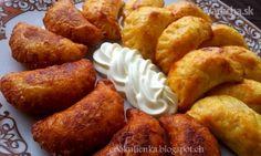 Pečené zemiakové pirohy s kyslou kapustou a údeným mäsom - Recept
