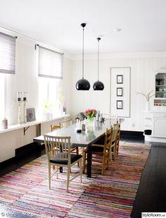 långt matbord,trasmattor,svart trägolv,höga fönster,spira gardin,kök