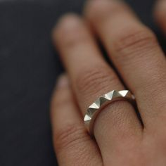Silver Ring par Mini Cyn on Etsy I want a wedding band like that. a little premature of me... but a girl can dream.