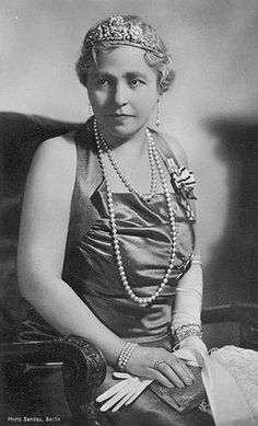 After the death of Kaiserine Augusta in 1921, her husband wasted no time getting a second wife, Princess Hermine Reuss of Greiz., whom he married on 5 Noverber 1922. Hermine is wearing a diamond floral tiara, 'bandeau style'.