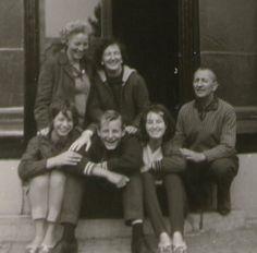 Met de familie aan de voet van de vuurtoren op Ameland in 1960.