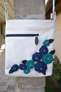 Taška City (sity) je z kvalitnej koženky maslovej farby. Vpredu má hlboké vrecko na zips a poctivo prišitú textilnú aplikáciu v dvoch kontrastných farbách. Zapínanie tašky je na zips, vo vnútri je ...