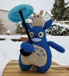Stephi´s Köstlichkeiten: Totoro (deutsch) Totoro, Play Food, Cozy Blankets, Diy Toys, Crochet Yarn, Tweety, Crochet Projects, Dinosaur Stuffed Animal, Crochet Patterns