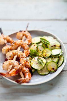 Salé - Entrée - Brochettes de crevettes grillées - salade de courgettes. Recette sur le site.