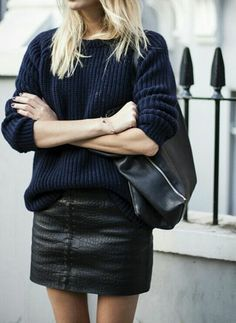 une jupe en cuir noir                                                                                                                                                                                 Plus