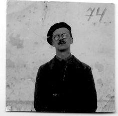 """John Angus (Londres, 1913). Empleado de seguros. Llega a España en 1937, sin experiencia militar, y se convierte en uno de los mejores cuadros de la XV Brigada. Asciende a sargento, Comisario de la compañía y, en septiembre del 38, a teniente. Herido dos veces.  """"Excelente"""" y """"ejemplar"""" como calificaciones constantes. Sirvió en la 2a cía, 57° Batallón de la XV BI. Social Stories, September, London, Faces, Military"""