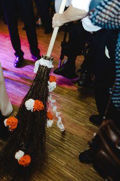 Im Emsland ist es Brauch, das der First Dance unter einem Besen stattfindet - also der s.g. Besentanz. Hier haben wir natürlich auch diesen festgehalten. Gerne sind wir eucher Fotograf für eure Hochzeit in Meppen, Lingen, Hasellünne oder Haren. #wedding #weddingphotography #hochzeit #hochzeitsfoto #fotografie