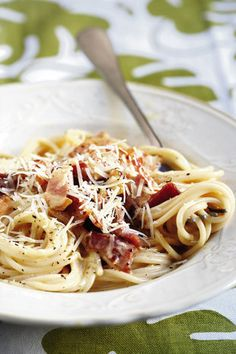 Spaghetti-carbonara   SARIE   Carbonara Recept, South African Recipes, Ethnic Recipes, Pasta Recipies, Diet Pizza, Feel Good Food, Fresh Pasta, Light Recipes, Pasta Dishes