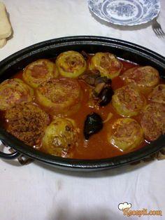 Recept za Zapečene punjene paprike. Za spremanje ovog jela neophodno je pripremiti paprike, mleveno meso, luk, začin, jaja, paradajz, vodu, suva rebra.