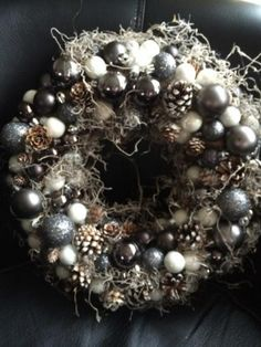Mooie kerstkrans Christmas Advent Wreath, Christmas Wrapping, Diy Christmas Gifts, White Christmas, Xmas, Diy Wreath, Ornament Wreath, Winter Planter, Tree Centerpieces