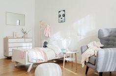 Quarto de criança com piso de madeira, cama infantil, poltrona para leitura cinza. Apartamento em Milão por Nomade Architettura