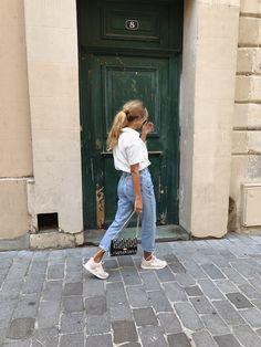 Street Style trends : high waist slim mom jeans in light vintage wash high waist slim mom jeans in light vintage wash Mode Outfits, Trendy Outfits, Fashion Outfits, Fashion Trends, Jeans Fashion, Fashion Bloggers, Street Style Trends, Street Styles, Boyfriend Jeans