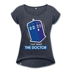 T-shirt coupe femme avec une illustration du Tardis et le texte 'I just need the Doctor'. Idéal pour les fans de DrWho ! Illustration par Julie Armando.