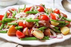 Kartoffelsalat mit grünen Bohnen, Cherry-Tomaten; Frühkartoffeln und Sardellen, gesundes, einfaches Rezept