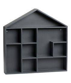 Donkergrijs. Een boekenplank in de vorm van een huis van geverfd mdf, met voorgeboorde gaten voor installatie aan de wand. Schroeven worden niet bijgeleverd