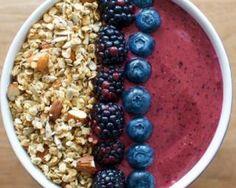 Smoothie bowl croustillant mûres, cassis, banane, avoine et amande sans lactose : http://www.fourchette-et-bikini.fr/recettes/recettes-minceur/smoothie-bowl-croustillant-mures-cassis-banane-avoine-et-amande-sans