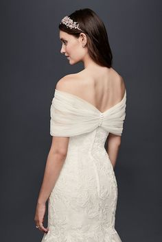 Give any strapless dress a touch of dreamy coverage with this pleated tulle off-the-shoulder topper. Wedding Dress Topper, Wrap Wedding Dress, Wedding Gown Off Shoulder, Off Shoulder Gown, Bridal Shrug, Bridal Gowns, Wedding Bolero, Wedding Frocks, Wedding Gowns