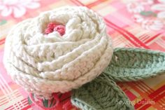Sewing Daisies Crochet: Sweet Meadow Rose - No pattern, but really beautiful! Knitted Flowers, Crochet Flower Patterns, Crochet Designs, Crochet Brooch, Crochet Motif, Crochet Yarn, Love Crochet, Beautiful Crochet, Handmade Flowers