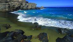 Esta es la playa de Papakolea que está en Hawai, concretamente situada en el distrito de Ka'u. Se caracteriza por su arena verde y en ella abunda un mineral llamado el Olivino (diamante Hawaiano) que es una piedra preciosa verde. La playa está rodeada de acantilados de roca volcánica y es de difícil acceso ya que hay que cruzar varias colinas para llegar hasta ella, pero realmente vale la pena! (No es la única playa de arena verde, también hay una en Micronesia y en las islas Galápagos).