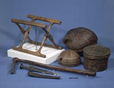 Hele fundet fra Guldhøj. Udover klapstolen ses to træskåle, en barkspand, en pålstav, et bronzespænde samt en bronzedolk med træskede.