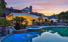 Esta es la espectacular casa de Jennifer López en Hidden Hills, una de las zonas más excluvias de Los Ángeles. La cantante está intentando venderla por todos los medios, pero no encuentra comprador. Y es que poca gente puede desembolsar 11 millones de dólares. ¡Casi nada! (Foto de Hilton & Hyland).