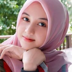 Pin Image by Bunda Hijaber Beautiful Hijab Girl, Beautiful Pakistani Dresses, Beautiful Muslim Women, Beautiful Girl Photo, Arab Girls Hijab, Muslim Girls, Hijabi Girl, Girl Hijab, Baby Hijab
