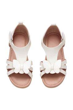 Sandálias: Sandálias em pele sintética envernizada com borboleta brilhante na frente e presilha de velcro ajustável de lado. Forro em camurça sintética e palmilhas em pele sintética. Solas de borracha.