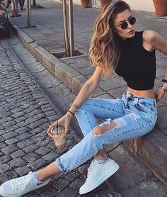 Torn jeans are considered one of the best casual outfits for every season . Torn jeans are considered one of the best casual outfits for every season . , Ripped jeans are considered as one of the best casual outfits for ever. Outfit Jeans, Outfit Chic, Mode Outfits, Jean Outfits, Fashion Outfits, 90s Fashion, Celebrities Fashion, Fashion Today, Paris Fashion