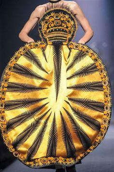 La marque Jean Paul Gaultier présentait sa collection automne-hiver 2015-2016 lors des défilés Haute Couture de Paris. Découvrez toutes les photos de son défilé.