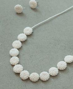 白いタンポポのようなクロケットネックレス。 お花畑で摘んだお花で夢中で作った子供時代を思い出させてくれます。 ピアスもお揃いでとってもキュート♡