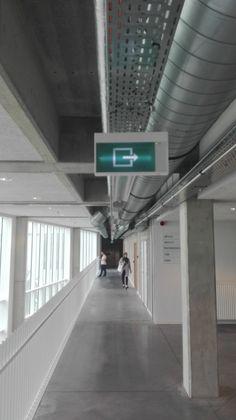 Het bordje dat de uitgang aanwijst, is een vlak. Het rooster er boven dat draden bij elkaar houdt bevat meerdere lijnen.