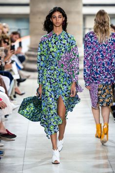 Christian Wijnants Spring 2019 Fashion Show . All the Spring 2019 fashion shows from Paris Fashion Week in one place. Kimono Fashion, 70s Fashion, Timeless Fashion, Fashion Show, Paris Fashion, Fashion Women, Christian Wijnants, Fashion Details, Kimono Top