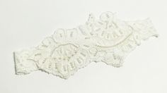 COSENZA: Bandana de encaje francés con aplicación de perlas sobre tira elástica de encaje.