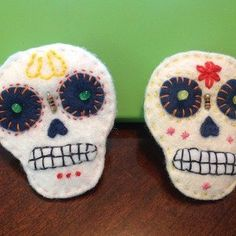 ETextile Felt Skull Brooch: 8 Steps (with Pictures) Felt Skull, Felt Crafts, Diy Crafts, E Textiles, Felt Brooch, Folk Art, Crafty, Sewing, Pattern