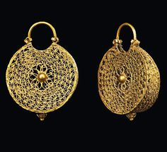 A PAIR OF FATIMID GOLD EARRINGS EGYPT, SECOND HALF 11TH CENTURY