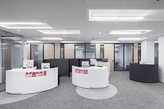 CHILEWICH PLYNYL® WALL-TO-WALL FLOORING IN PEBBLE AND SALT BOUCLÉ AT SPARKASSE, SCHERMBECK, GERMANY | PHOTOS: JENS KIRCHNER, DÜSSELDORF