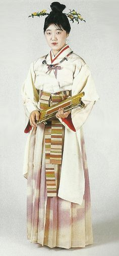 "Weaver of the Kofun Period to century), Japan. Scanned from book ""The History of Women's Costume in Japan."" Japanese costume of many centuries ago…recreation accomplished in Kyoto during the Japanese Costume, Japanese Kimono, Japanese Art, Geisha, Modern Kimono, Japanese Outfits, Japanese Clothing, Japanese History, Japanese Textiles"