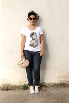 curvy, plus size, fashion blogger, vintage fashion, vintage lover, moda vintage, how to wear a vintage look, come creare un look vintage, pin up girl, vintage hairdo, paul cortese, white t shirt, vintage icon, curvy model, casual outfit, jeans curvy, curvy denim, floral sneakers