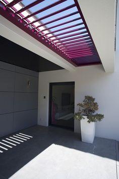 Een lichtstraat in het dak om de zon naar binnen te halen, en de warme lucht niet te laten hangen. Maar ook om het droog te houden als het regent. Door de vorm, kleur en het materiaal vormt de Biossun terrasoverkapping een opvallend design