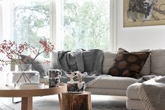 moderni puutalo: Inspiraatiota syyskattaukseen ja sisustukseen Scandinavian Living, Marimekko, My House, Interior Decorating, Couch, Style Inspiration, Throw Pillows, Living Room, Bed