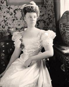 Mrs. W.H. Taft: taken between 1905 and 1945
