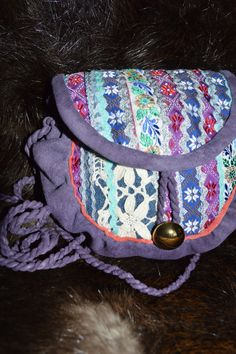 Modern Saami bag with sweet coloring. Jeans Fabric, Modern Outfits, Messenger Bag, Modern Design, Satchel, Colours, Shoulder Bag, Jewels, Purple