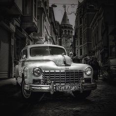 Genelleme yapmak istemem ama İstanbul'da saat 15:00 civarı olunca resmen taksi şoförlerinin nazını çekiyorsun. Taksi değişim vaktiymiş diğer arkadaşa yetişmesi lazımmış. Ama sen yağmurda sırılsıklam ol derdi değil. Kazara gideceğin yer; o'nun yolunun üstüyse eğer sokağa girmeme pazarlığı yapar. Ama kestirmeden gideyim derken de yanlış sokaklara girer. Cidden ayıp hele ki bardaktan boşalırcasına yağmur yağarken #lifeinistanbul #istanbul 2013