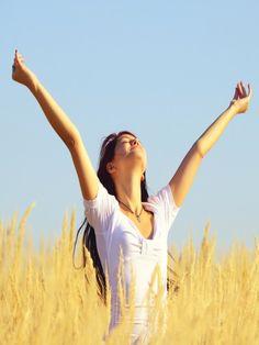 """Tiefes Atmen hilft, Nackenschmerzen zu lösen. Sitzen Sie bequem, schließen Sie die Augen, atmen Sie tief durch die Nase ein und durch den Mund aus. Stellen Sie sich beim Ausatmen vor: """"Alle Sorgen verlassen meinen Körper.""""  Extra-Tipp Wenn Sie keine Zeit haben, z. B. im Job, machen Sie Folgendes im Gehen: Beim Einatmen die Schultern leicht hochziehen und beim Ausatmen locker fallen lassen."""